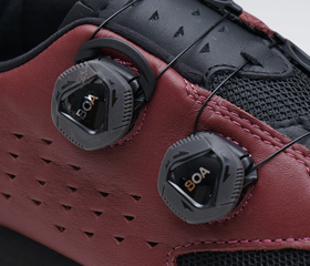 Boaダイアル式スニーカーのLAKE MX237 FLAT。バイオカモのアッパーは本革『ヘルカー(Helcor)』を使用。MTBシューズ、サイクリングシューズの老舗ブランド『LAKE』。